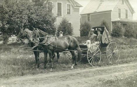 Horses and buggy in front of homes, Hanska Minnesota, 1909